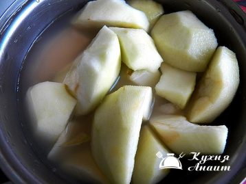 pour two glasses of water, boil, drain. Pour the peeled apples with the strained broth and cook until soft.