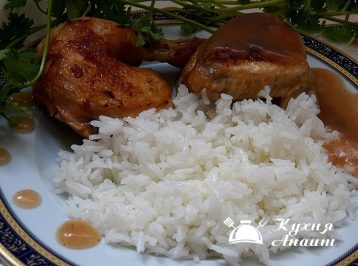 Serve the chicken, drizzled with apple gravy. Serve boiled rice as a garnish.